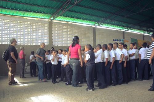 En un salón de usos múltiples techado (y amurallado) se reúnen los chamos de la escuela para participar en el taller.