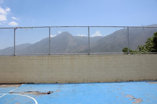 El punto de encuentro fué en el nivel superior de la escuela, donde un muro separa la relación visual con la belleza del paisaje.